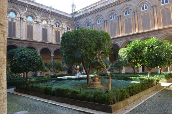 Il cortile del palazzo Doria Panphili - Roma
