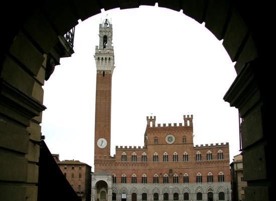 Il palazzo pubblico in piazza del Campo a Siena