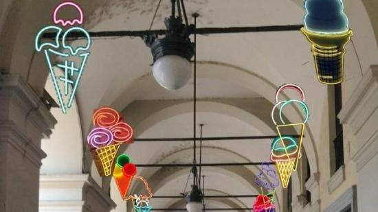 Ice cream light di Vanessa Safavi in piazza Bodoni